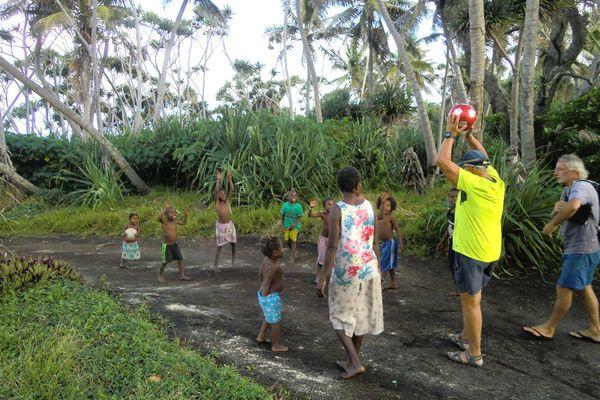 Partie de football avec des enfants au Vanuatu (septembre 2018)