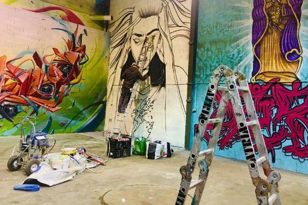 Si les rappeurs sont nombreux à Marseille, Toulouse a toujours été un véritable laboratoire pour les graffeurs. Sur cette photo : Snake, qui fait partie de la deuxième génération des graffeurs toulousains, est en train de dessiner sur un mur de l'Aérochrome à Blagnac, centre d'art urbain.