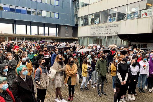 Les étudiants de la faculté de Lettres et Sciences humaines de Brest, rassemblés pour un hommage à Samuel Paty