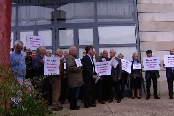 """Les pancartes portent le slogan """"Non au GHT ! Nous voulons garder notre hôpital"""""""
