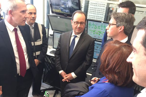 François Hollande en visite chez Zodiac Aéro Electric à Chauray.