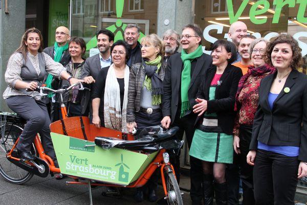 Les 14 premiers de la liste des écologistes à Strasbourg devant le local de campagne