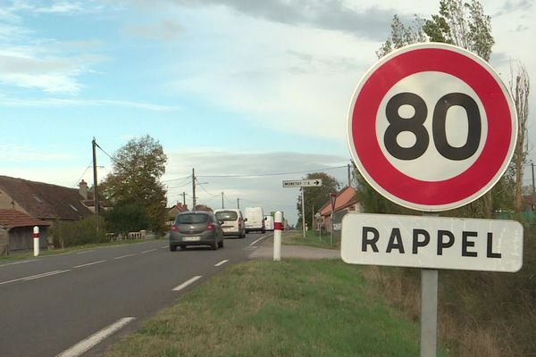 D'ici la mi-décembre, les panneaux limitant la vitesse à 80 km/h dans l'Allier pourraient bien être changés.