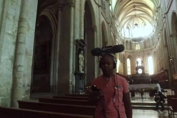 """Aujourd'hui, Manu se trouve à l'abbaye de Saint-Antoine-L'Abbaye afin d'enregistrer une """"photo sonore"""" des orgues."""