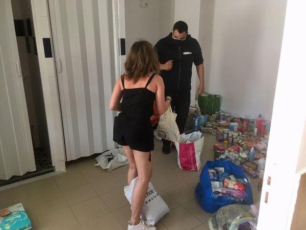 Une jeune femme amène quelques courses et des vêtements pour Estelle dont elle a entendu parler dans une publication Facebook d'Entraides Citoyennes 86.