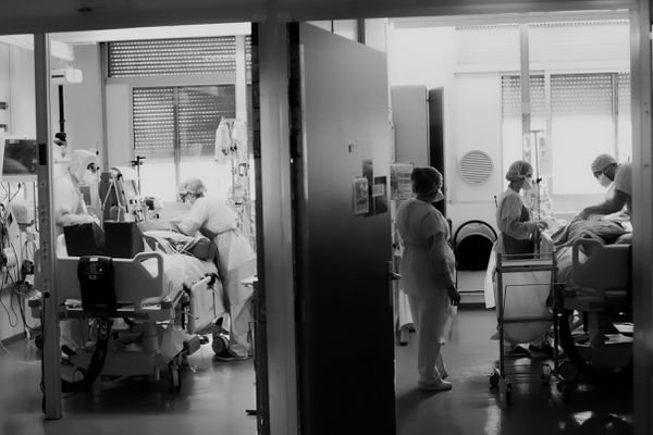 Personnels soignants au chevet des malades en réanimation - CHU de Besançon