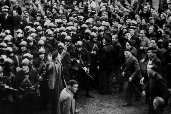 Des mineurs grévistes (à droite) affrontent les forces de l'ordre (à gauche), le 22 octobre 1948 à Béthune (Pas-de-Calais).