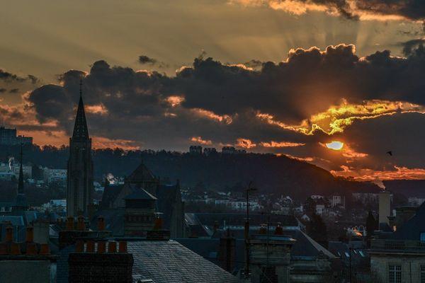 Soleil et nuages ce dimanche à Rouen, la ville aux cent clochers...