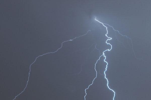 Des éclairs au-dessus du centre-ville de Dijon (Côte-d'Or) lors du passage d'un orage, le 21 août 2021.