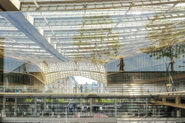 Le nouveau Forum des Halles, et de la verdure en reflet, à Paris.