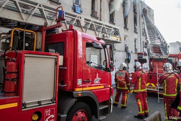 Une centaine de pompiers sont intervenus sur cet incendie à Saint-Denis (Seine-Saint-Denis).