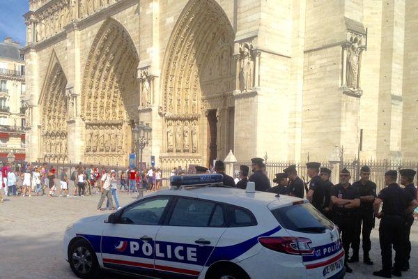 Des renforts policiers sont positionnés au pied de Notre-Dame de Paris le 14 août 2016