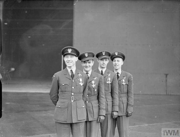 """Les quatre pilotes du 303 Squadron, récipiendaires de la """"Distinguished Flying Cross"""" (DFC) le 15 décembre 1940. De gauche à droite : Witold Urbanowicz, Jan Zumbach, Miroslaw Feric et Zdzislaw Henneberg."""