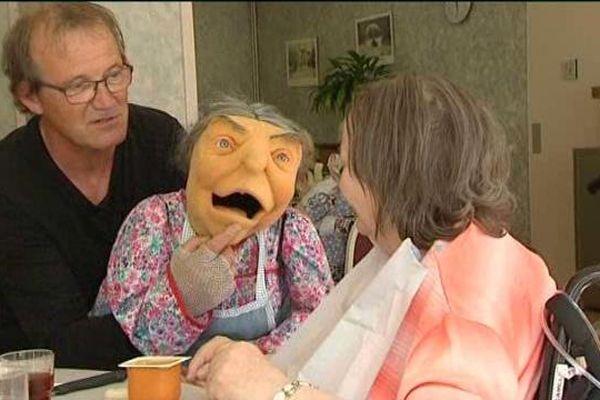 Lucie et Christian Compagnon font pendant tout l'été la tournée des maisons de retraite de la région.