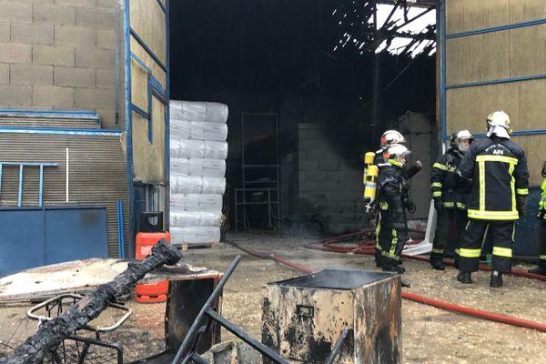 Jusqu'à 26 pompiers ont été mobilisés pour maîtriser l'incendie qui d'est déclaré vers 07h du matin le 4 décembre 2020 avenue de la Chapelle à Saint Martin du Mont (Ain)