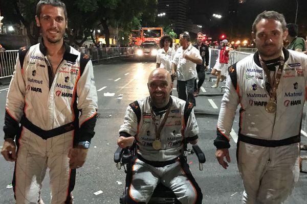 Philippe Croizon, entouré des frères Duplé, co-pilotes des deux véhicules du team.