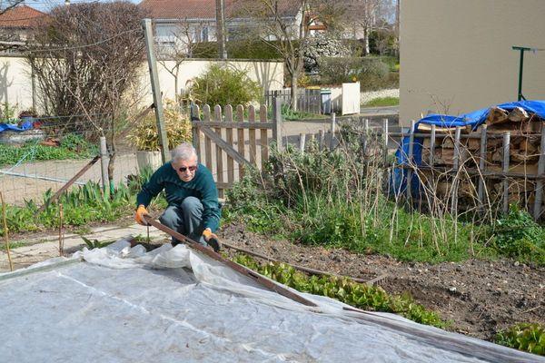 Jusqu'à la mi-mai, les jardiniers qui redoutent les gelées peuvent poser un voile de protection sur leurs cultures.