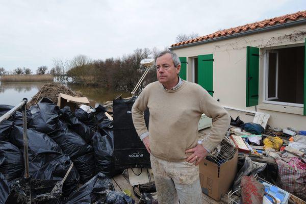 Un habitant de Charron devant sa maison sinistrée après le passage de la tempête Xynthia