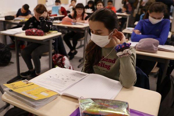 Mardi, les collégiens qui font leur rentrée devront porter un masque à l'école (image d'illustration)