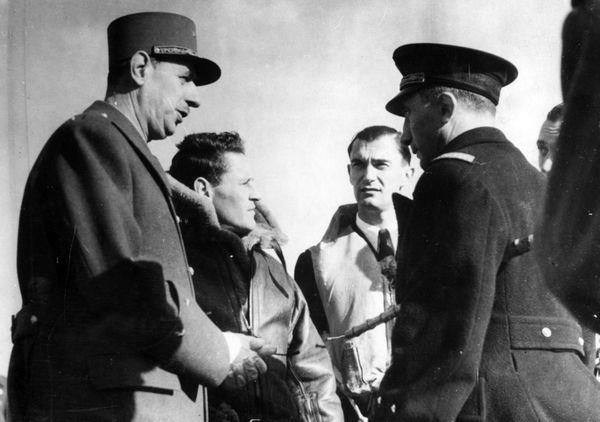 Philippe de Scitivaux (2e en partant de la gauche) entre le général Charles de Gaulle, René Mouchotte et le général Martial Valin, sur la base aérienne de Manston, le 30 octobre 1941.