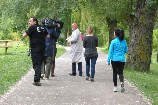 En présence du réalisateur, Pascal Gervais, la présentatrice et les techniciens de la vidéo, répètent pour l'enregistrement de l'émission.