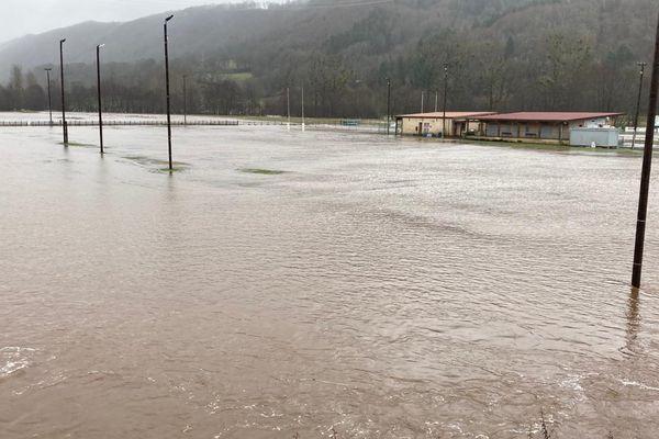 A Saint-Simon dans le Cantal, le stade du Pontail est envahi par les eaux de la Jordanne.