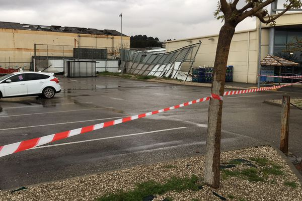 Ce centre commercial a été touché et les dégâts sont importants.