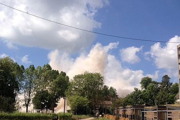 Un nuage de poussière, après l'implosion de la barre à Mâcon
