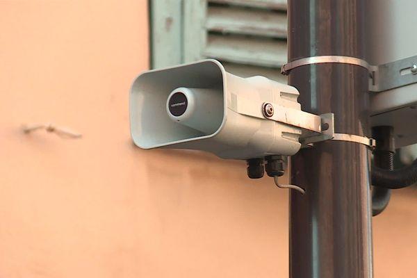 Des dizaines de haut-parleurs dans la ville de Nice diffusant des messages anti-covid agacent certains passants.