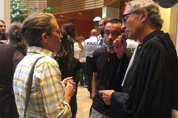 Les plaignants et leur avocat au tribunal de Rennes