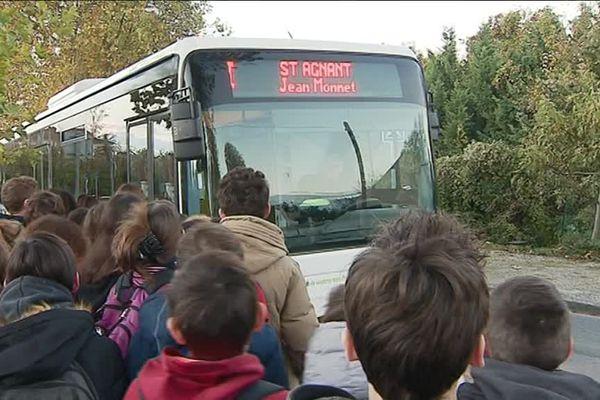La plupart des enfants voyagent debout dans le bus qui les mène à leur collège.