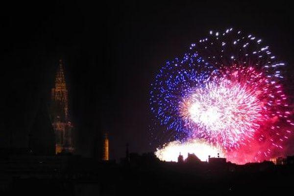 Le feu d'artifice strasbourgeois et ses couleurs du drapeau français à pleine puissance.
