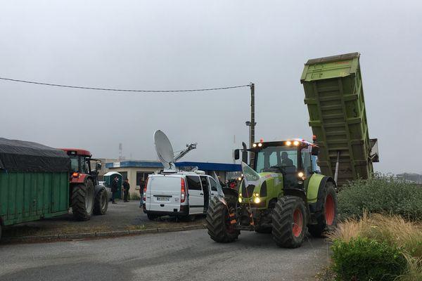 Les tracteurs vident leurs bennes devant l'entrée sud de la raffinerie de Donges