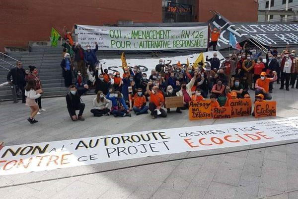 Les opposants au projet de construction de l'autoroute Castres-Toulouse manifestent devant le Conseil Régional d'Occitanie.