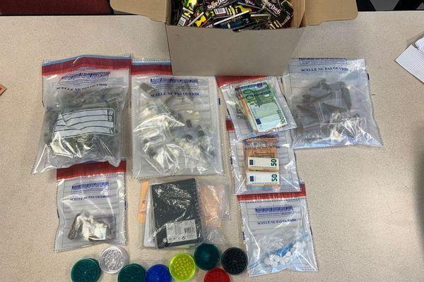 Les gendarmes ont saisi de la résine et d'herbe de cannabis conditionnés en sachets prêts à la vente, de l'argent et un peu de cocaïne.