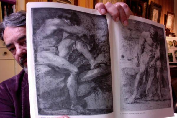 Patrick Le Bayser montre la publication des académies sur laquelle il s'est appuyée pour expertiser le dessin