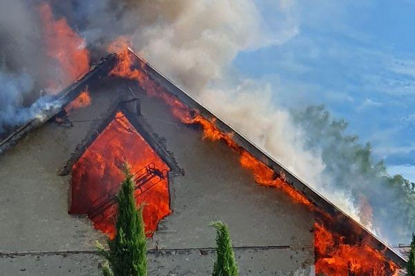 Pour des raisons encore indéterminées le feu a pris très vite dans l'ancienne ferme