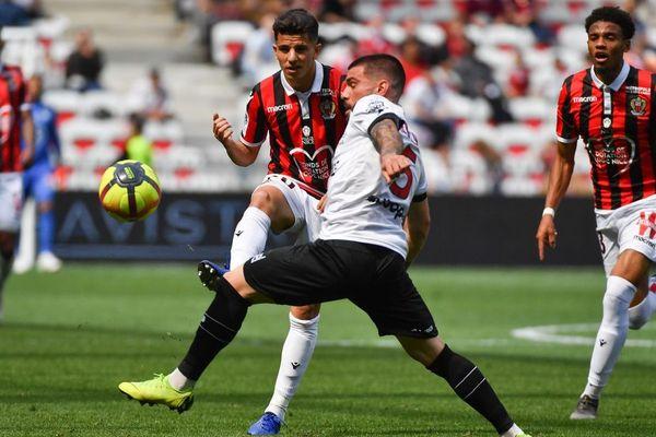 Le défenseur niçois Youcef Atal opposé au défenseur guingampais Rebocho lors du match de championnat entre l'OGC Nice et l'En Avant Guingamp au Allianz Riviera stadium à Nice - 28/04/2019