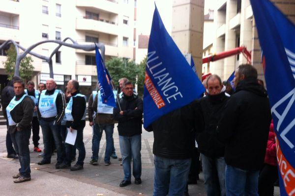 Quelques manifestants devant le bâtiment de la Cité Judiciaire mercredi 14 octobre 2015 à Dijon