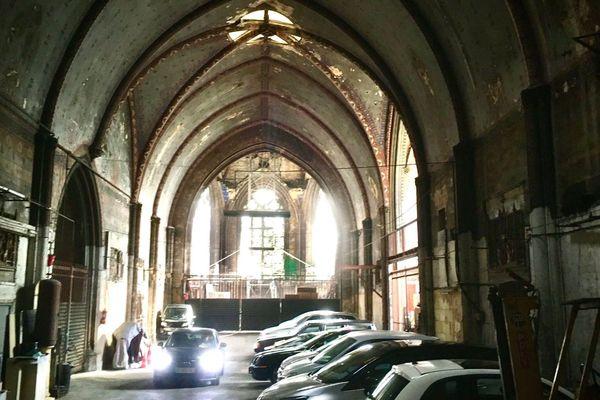 Photo de l'intérieur de l'Eglise Saint-jacques prise depuis la rue en mars 2020.