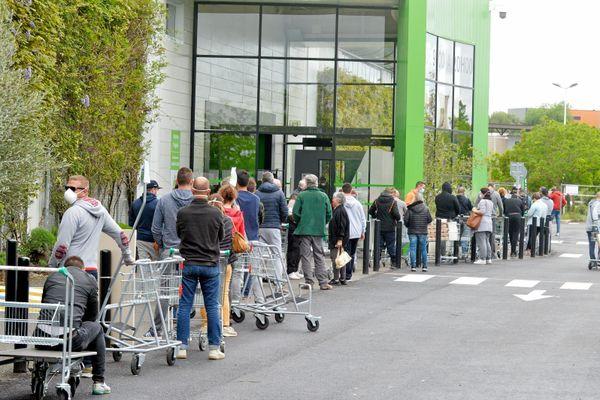 La file d'attente devant un magasin, pendant la période de confinement.