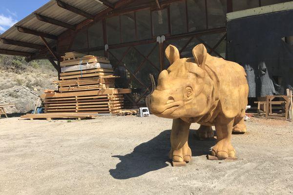 Le rhinocéros, dessiné par le naturaliste Buffon au 18ème siècle, a pris vie (ou presque) dans l'atelier des sculpteurs sur bois Nathalie Massot et David Steinfeld.