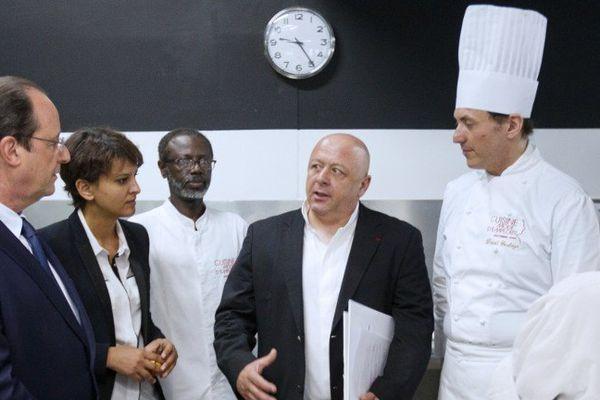 © AFP Photo pool Jacques Brinon Thierry Marx reçoit le président de la République François Hollande dans son école de cuisine, à Paris, en juin 2014.
