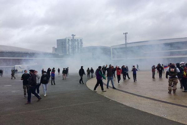 les forces de l'ordre ont eu recours à des gaz lacrymogènes pour séparer les deux parties