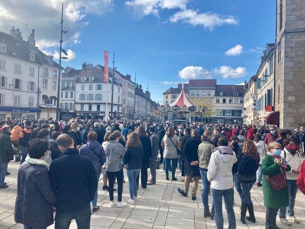 A Lons-le-Saunier, citoyens et enseignants étaient nombreux à se déplacer ce dimanche 18 octobre.