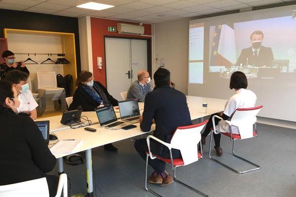 La direction de l'hôpital de Villefranche sur Saône dans le Rhône, victime d'une cyberattaque, en visioconférence avec le Président Macron en direct de l'Elysée