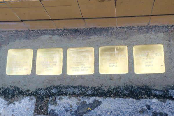 """Les 5 pierres """"Stolpersteine"""", scellées dans le sol, face au 4 rue prud'hom à Cluny"""