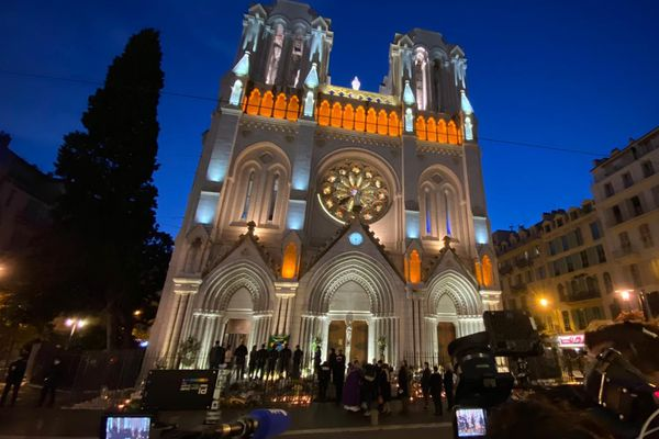 La messe a commencé peu après 18h00 à l'église Notre-Dame de Nice.