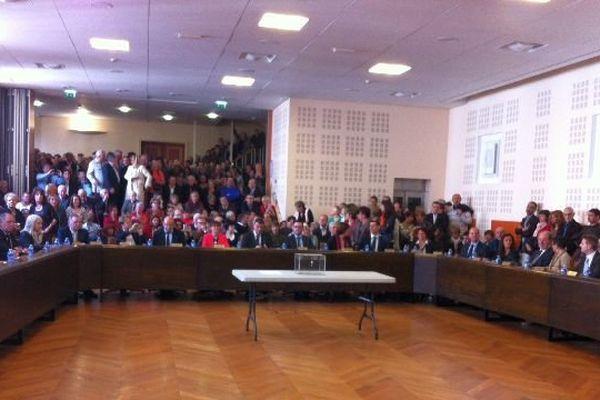 Il y a foule ce samedi 29 mars 2014 dans la salle du conseil municipal à la mairie de Chalon-sur-Saône, en Saône-et-Loire, pour la passation de pouvoirs entre le nouveau maire Gilles Platret et l'ancien, Christophe Sirugue.
