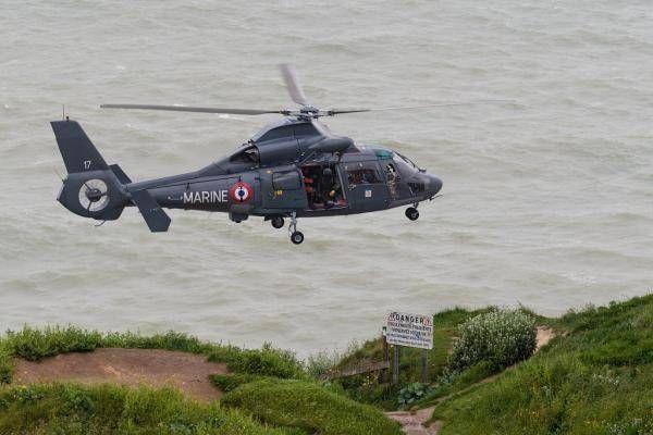 Opération de secours au large de Fécamp avec l'hélicoptère Dauphin de la Marine nationale